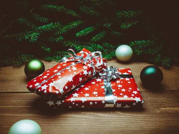2 regali sotto l'albero di Natale