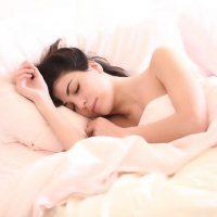 Donna che dorme comodamente a letto