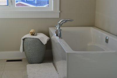 Come rivestire il bagno senza togliere le piastrelle